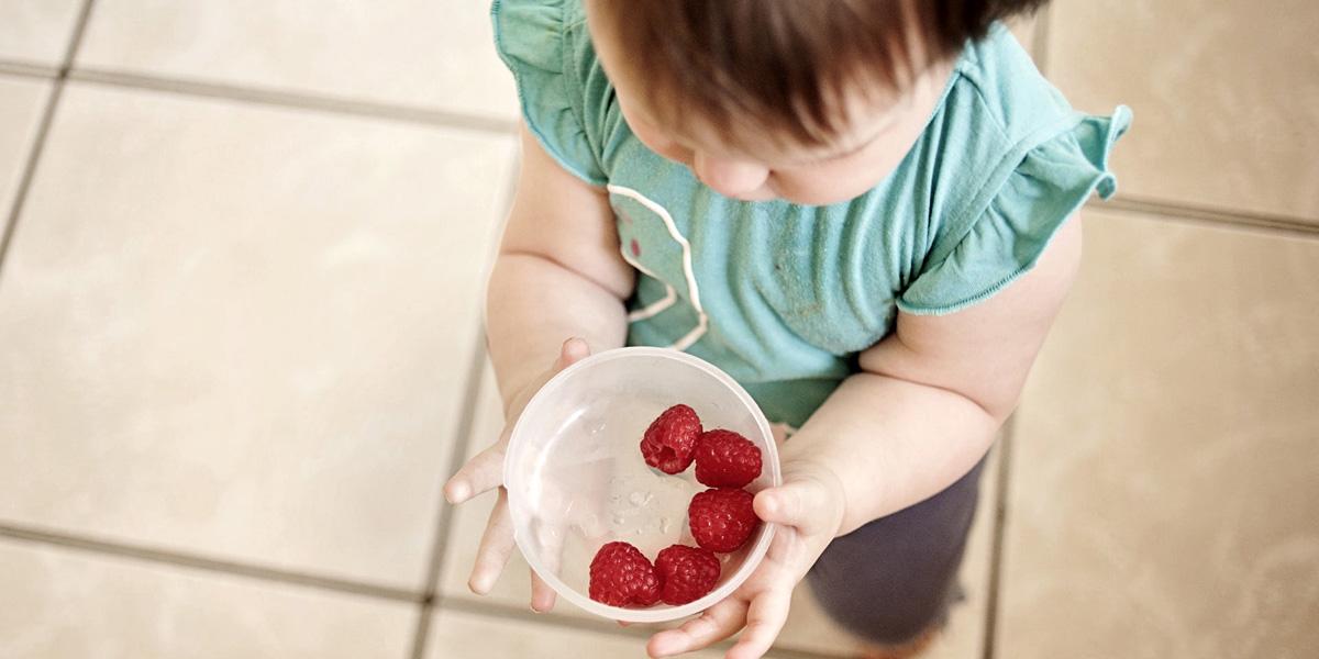 ovocie v prirodzenom stave je súčasťou prirodzeného spoznávanía potravín - baby led weaning