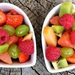 ovocie ako príkrm pre deti v štylizovanej miske tvaru srdca priťahuje oči detí