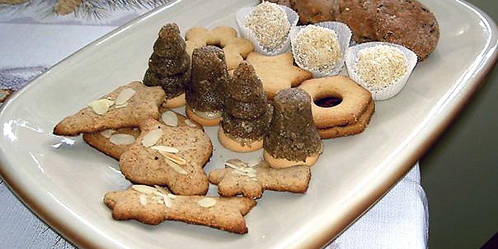 Na obrázku sú v popredí ako sviatočné pečenie celozrnné medovníky, za nimi nepečené orechové špice s plnkou.