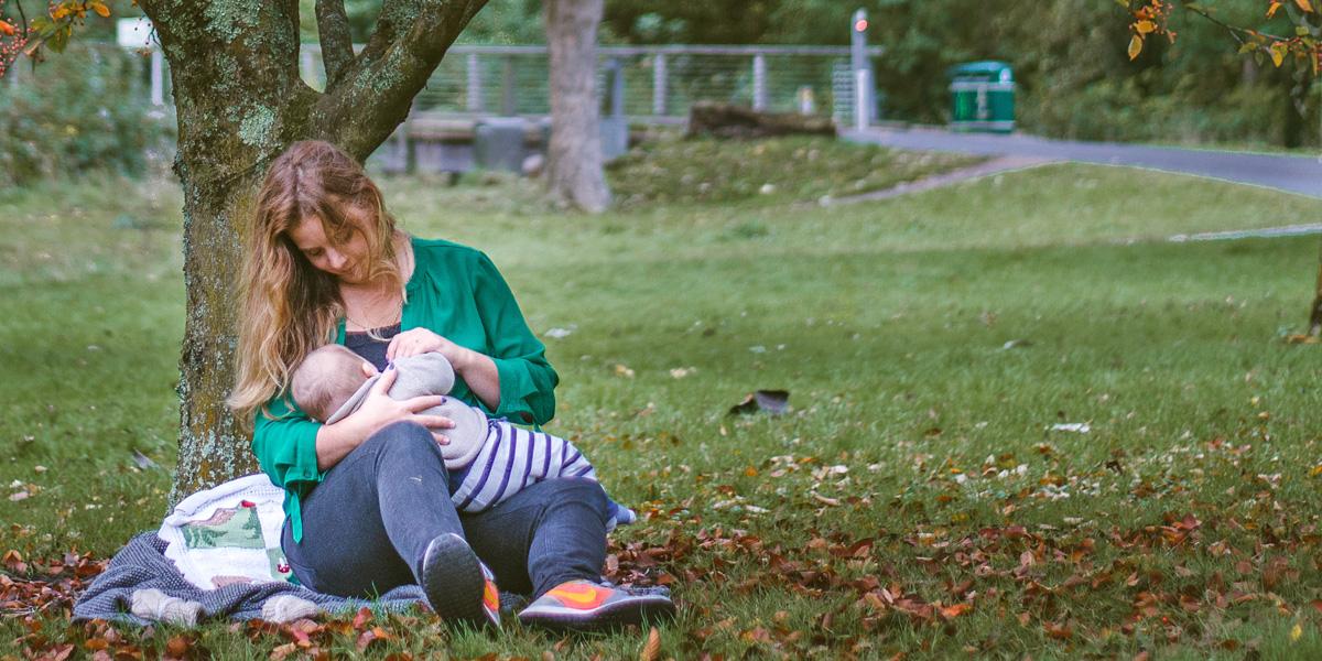 Kojenie - dojčenie na verejnosti, môže prebiehať decentne v ústraní aj v parku